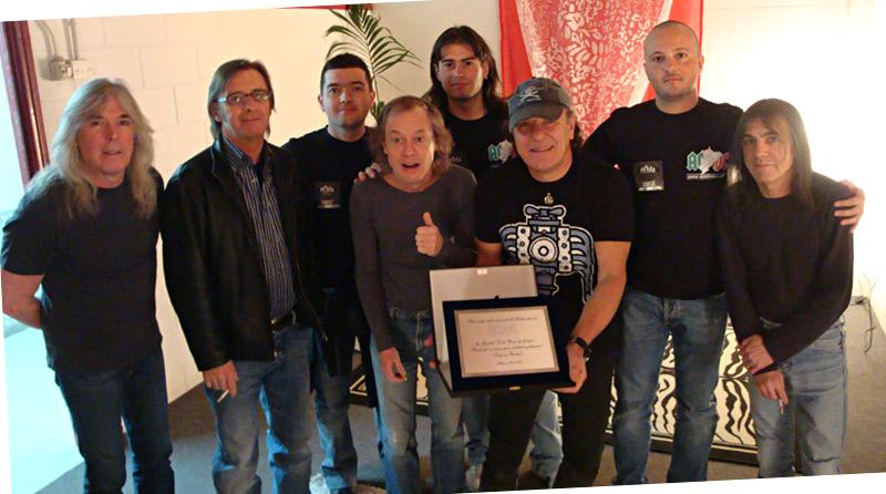 21 Marzo 2009 @ Forum di Assago: Gabriele, Andrea e Marco, vertici di AC/DC ITALIA, consegnano una targa celebrativa agli AC/DC a nome di tutti i fans italiani