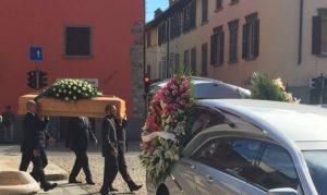 Il feretro di Gianna Del Gaudio lascia la chiesa di Seriate.